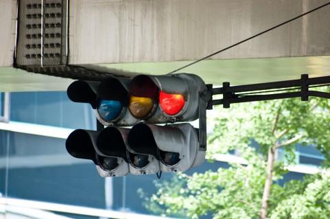 信号機の正しい意味、知っていますか?青は「進め」じゃない!